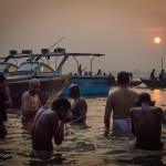 聖なる河に昇る神妙な朝日 ~ インド・バラナシ ~
